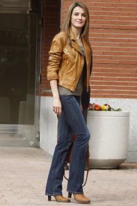 letizia look informal chaqueta de cuero
